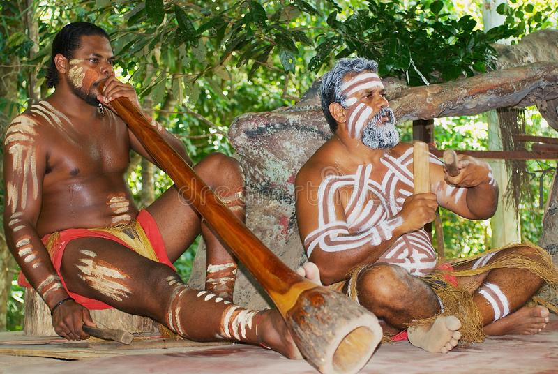 Les acteurs d'aborigène exécutent la musique avec les instruments traditionnels dans le parc de culture de Tjapukai dans Kuranda, images stock