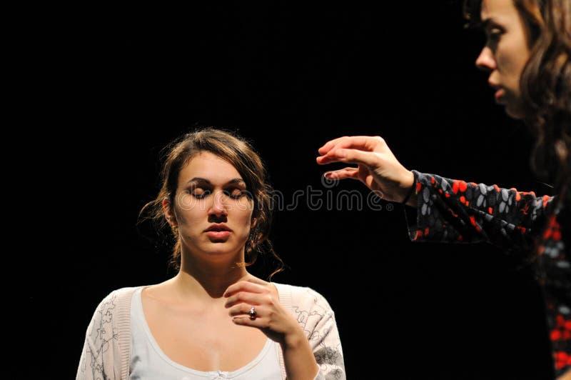 Les acteurs du théâtre de Barcelone instituent, jouent dans la comédie Shakespeare pour des cadres image libre de droits