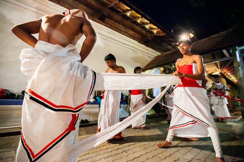 Les acteurs s'habillent pour Kandy Esala Perahera photos libres de droits