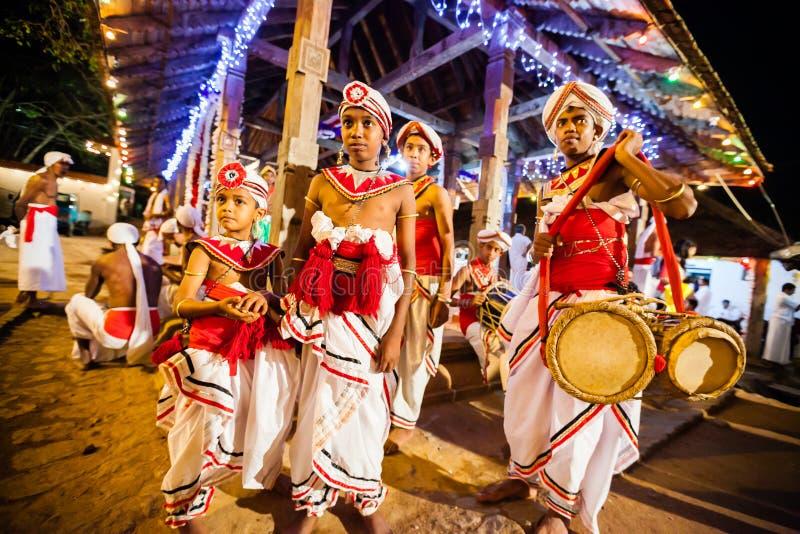 Les acteurs s'habillent pour Kandy Esala Perahera images libres de droits