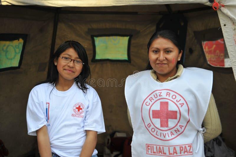 Les activistes de la Croix-Rouge enseignent des premiers secours de personnes sur une rue de ville photographie stock