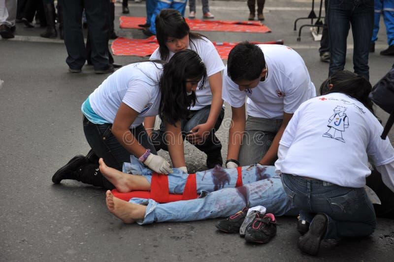 Les activistes de la Croix-Rouge enseignent des premiers secours de personnes sur une rue de ville photographie stock libre de droits
