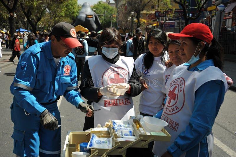 Les activistes de la Croix-Rouge enseignent des premiers secours de personnes sur une rue de ville photo stock