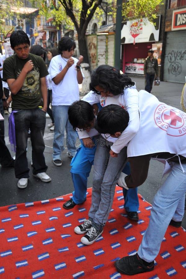 Les activistes de la Croix-Rouge enseignent des premiers secours de personnes sur une rue de ville images stock