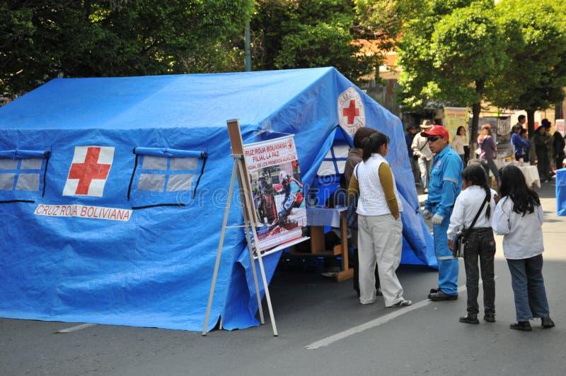 Les activistes de la Croix-Rouge enseignent des premiers secours de personnes sur une rue de ville image libre de droits