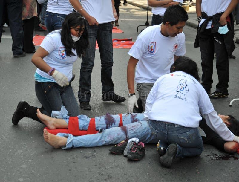 Les activistes de la Croix-Rouge enseignent des premiers secours de personnes sur une rue de ville photos libres de droits