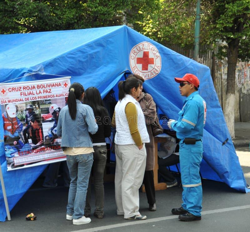 Les activistes de la Croix-Rouge enseignent des premiers secours de personnes sur une rue de ville image stock