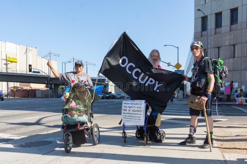 Les activistes pendant les familles appartiennent ensemble marche images stock