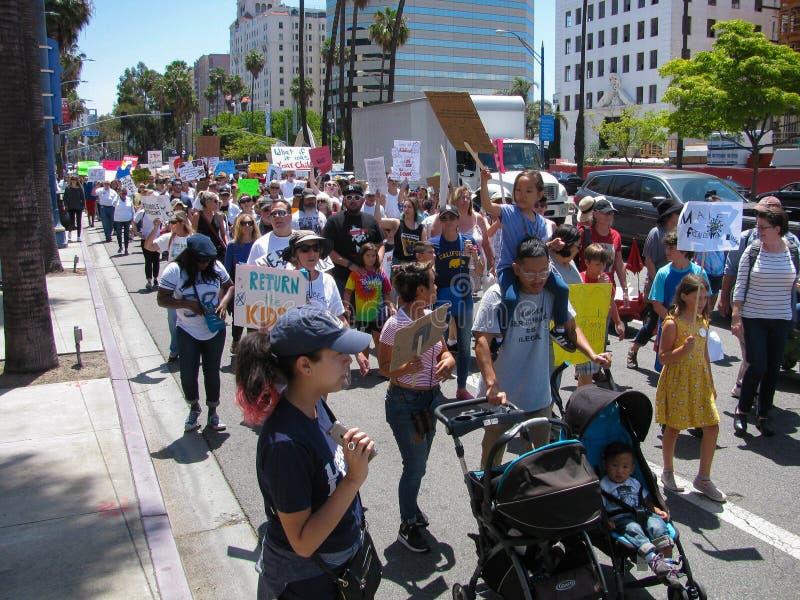 Les activistes remplissent rues s'opposant au traitement d'atout des immigrés image stock