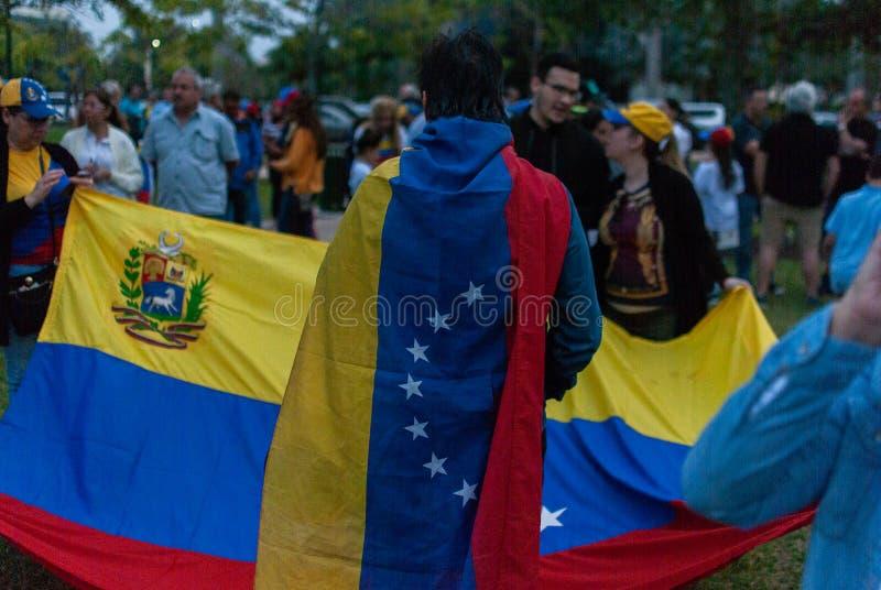 Les activistes se réunissent dans la célébration pendant une protestation à l'appui de Juan Guaido, qui s'est déclaré l'intérim d photos libres de droits