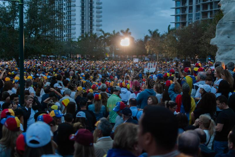 Les activistes se réunissent dans la célébration pendant une protestation à l'appui de Juan Guaido, qui s'est déclaré le présiden images stock