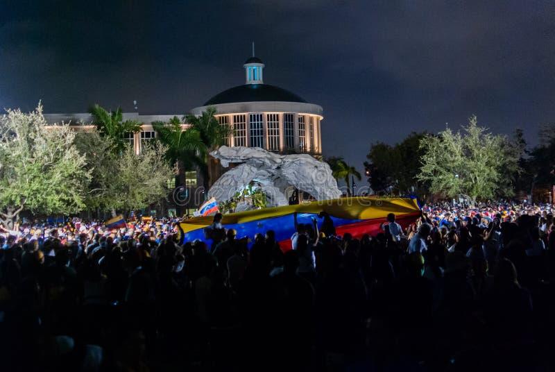 Les activistes se réunissent dans la célébration pendant une protestation à l'appui de Juan Guaido, qui s'est déclaré le présiden photos libres de droits