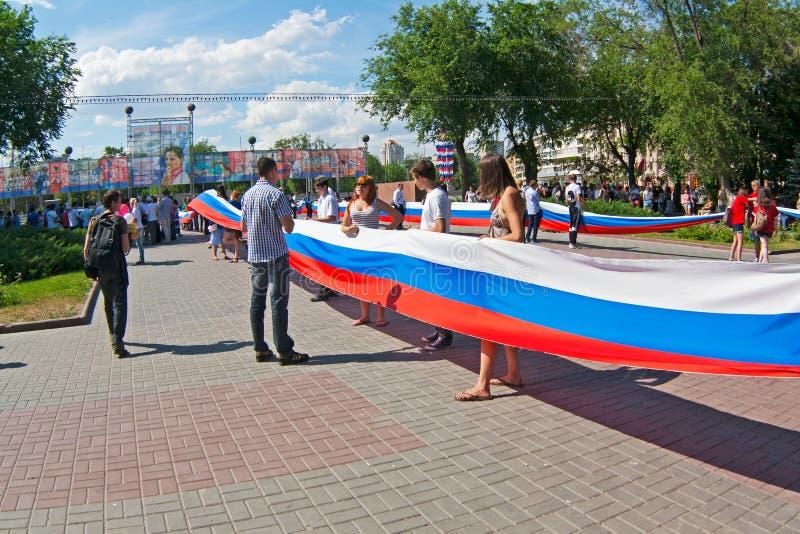 Les activistes tiennent un grand drapeau russe le Jour de la Déclaration d'Indépendance de la Russie à Volgograd image stock