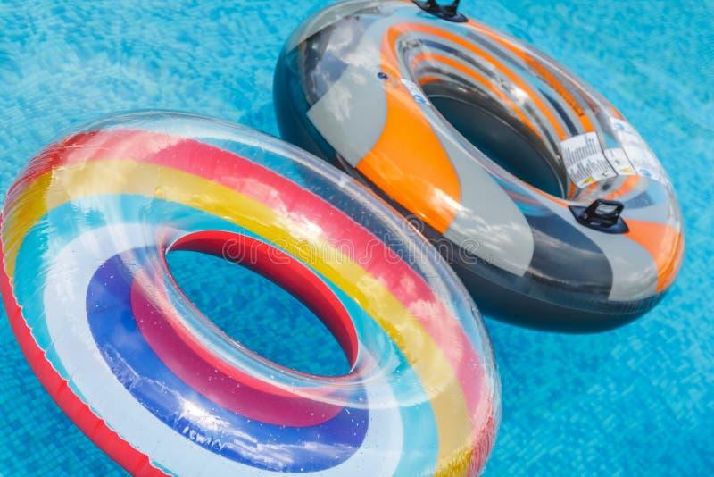 Les activit?s de l'eau gonflables entoure le flotteur de tuba sur l'eau dans la piscine o photo libre de droits