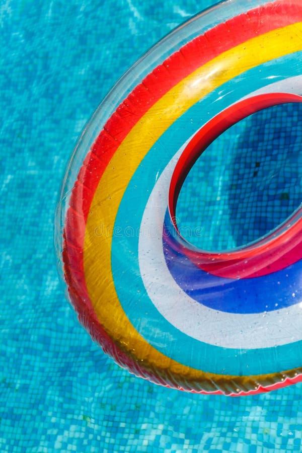 Les activit?s de l'eau gonflables entoure le flotteur de tuba sur l'eau dans la piscine o photographie stock libre de droits