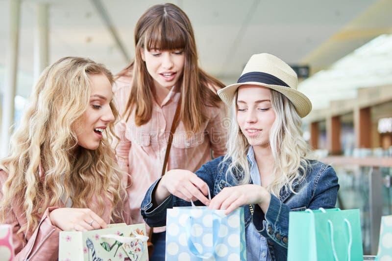 Les adolescents dans les achats déballent des sacs images libres de droits