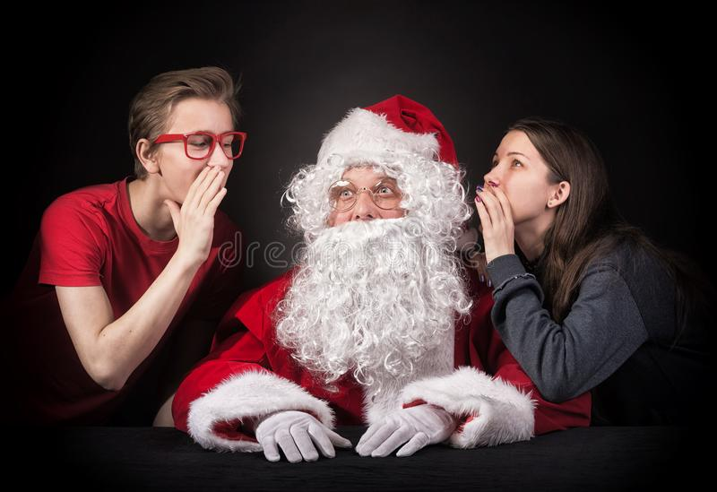 Les adolescents dit Santa au sujet de leurs souhaits pour Noël prese photographie stock