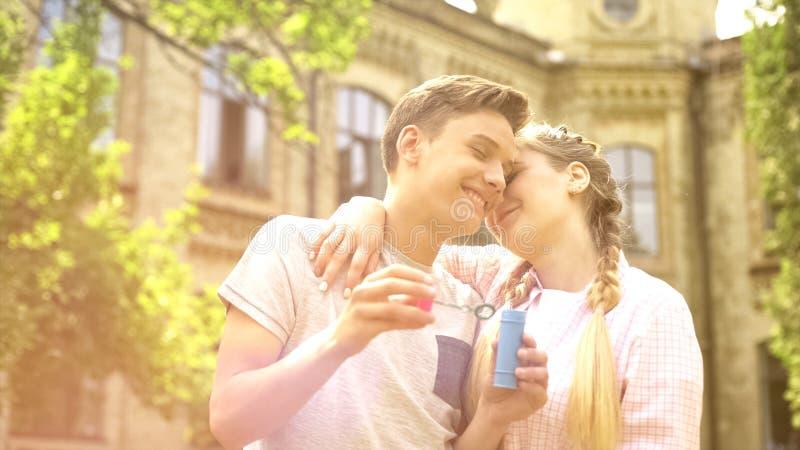 Les adolescents doux couplent embrassant, date romantique dehors, ayant l'amusement ensemble photo stock