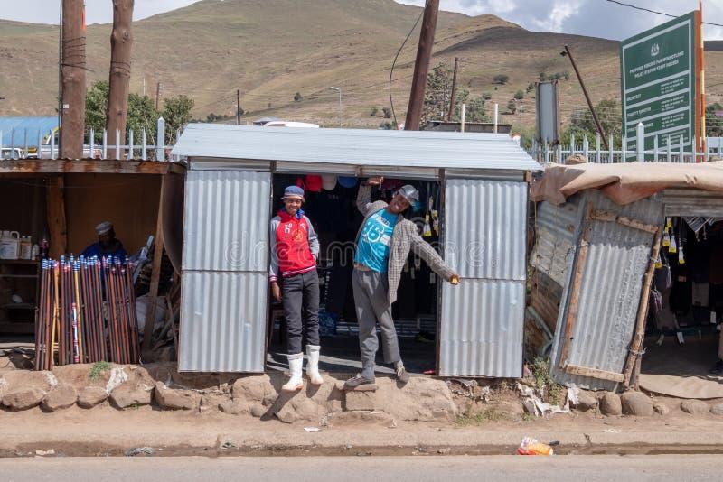 Les adolescents posent pour la caméra en dehors d'un magasin dans la ville de Mokhotlong, Lesotho en Afrique photo stock