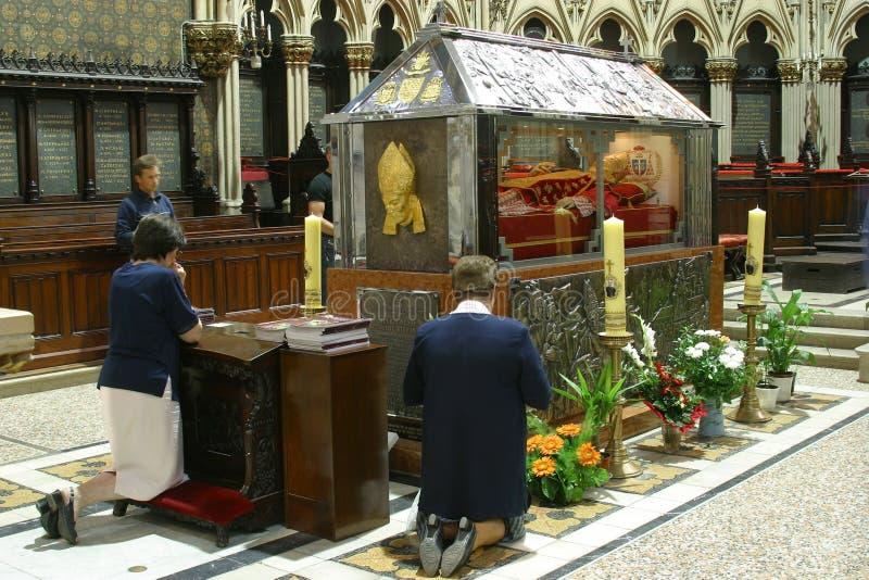 Les adorateurs prient devant la relique Blessed Aloysius Stepinac dans la cathédrale de Zagreb photographie stock