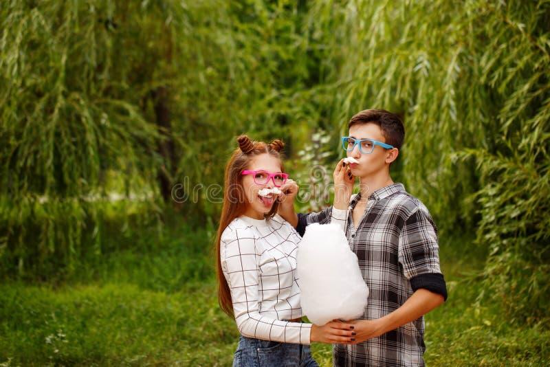 Les ados d'amoureux mangent le coton doux photo libre de droits