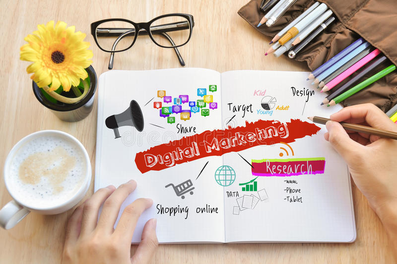 Les affaires écrivent au sujet du marketing numérique photos libres de droits