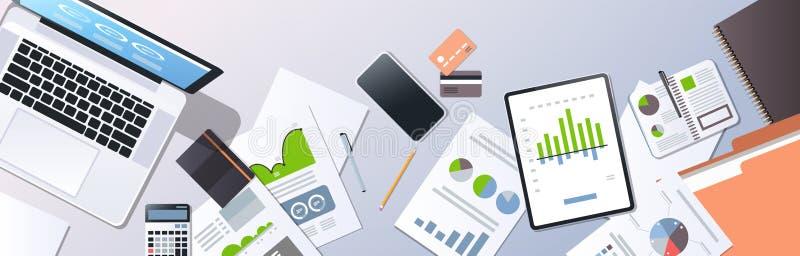 Les affaires analysant des documents de planification représentent graphiquement des diagrammes consultant l'angle supérieur de c illustration stock