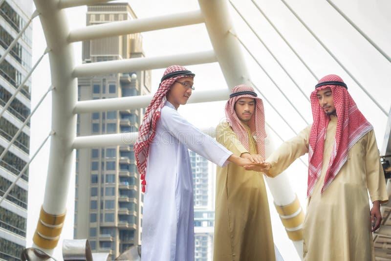 Les affaires Arabes joignent l'accord de mains de commercer Concept d'affaires photographie stock