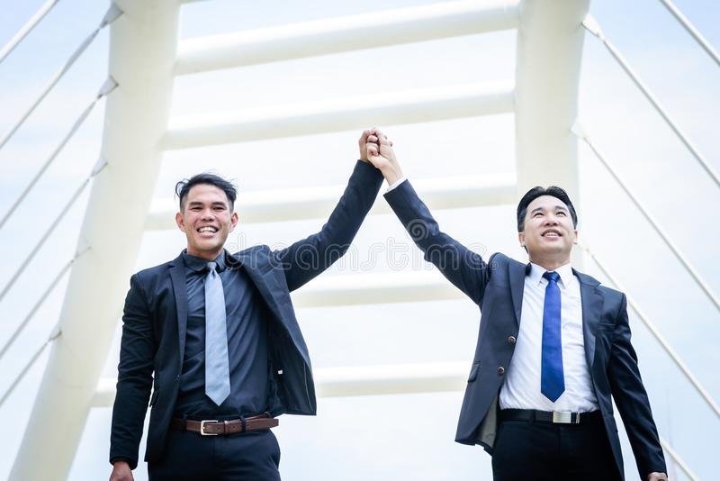 Les affaires de deux Asiatiques ont la victoire du but d'affaires avec construire a images stock