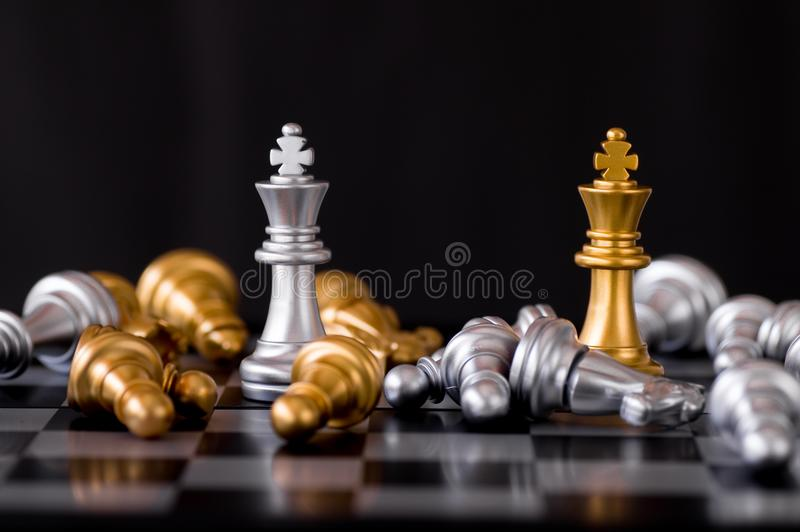 Les affaires et le concept de chef, échecs de roi d'or avec l'ennemi perdent photo stock