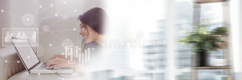 Les affaires ont recouvert l'interface avec la femme et l'ordinateur portable avec la transition photo stock