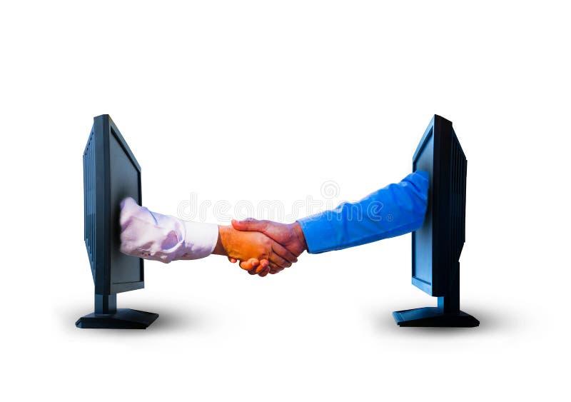 Les affaires se serrent la main de deux écrans d'ordinateur sur le fond blanc photo stock