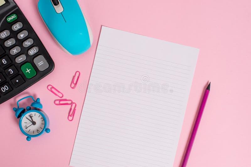 Les agrafes portatives de calculatrice électronique câblent le fond coloré par feuille rayée de taille de lettre de crayon de com photographie stock