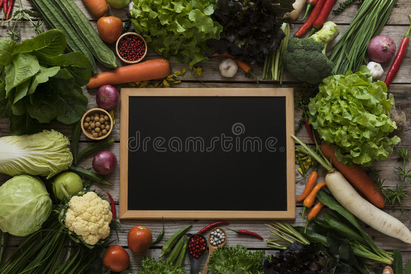Les agriculteurs frais lancent des fruits et légumes sur le marché de ci-dessus avec le PS de copie photographie stock