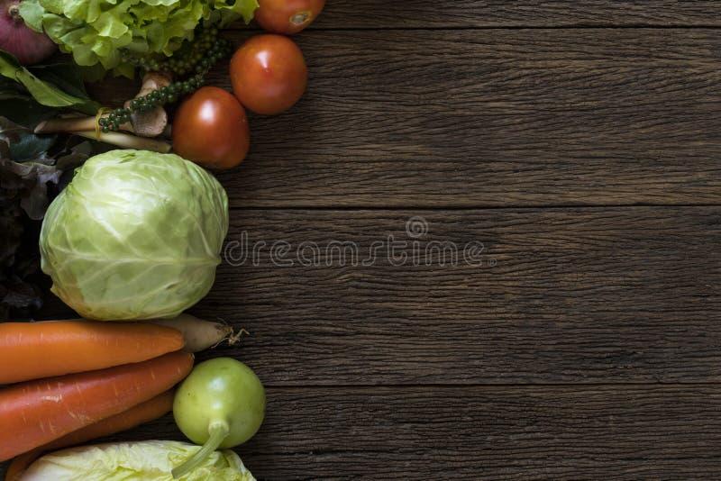 Les agriculteurs frais lancent des fruits et légumes sur le marché de ci-dessus avec le PS de copie image libre de droits