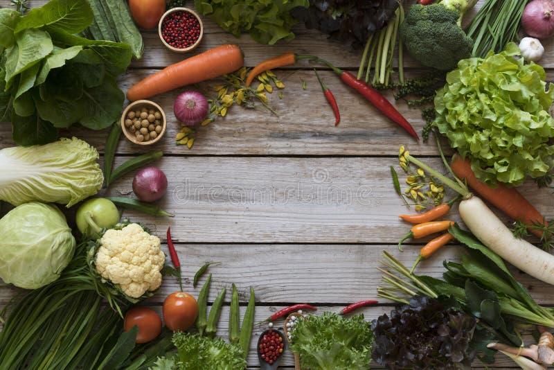 Les agriculteurs frais lancent des fruits et légumes sur le marché de ci-dessus avec le PS de copie photo libre de droits