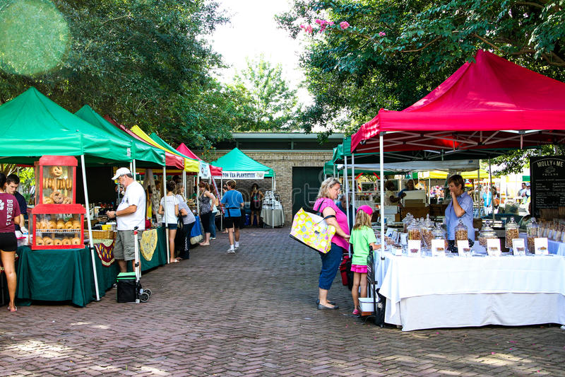 Les agriculteurs lancent sur le marché chez Marion Square Park, le Roi Street, Charleston, Sc photo libre de droits