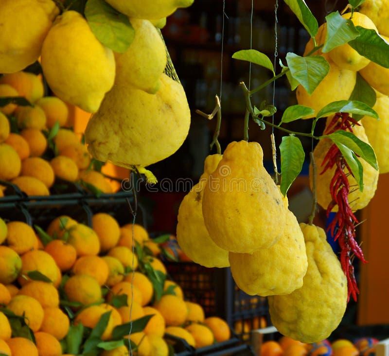 Les agrumes et les chiles italiens sur un marché calent image stock