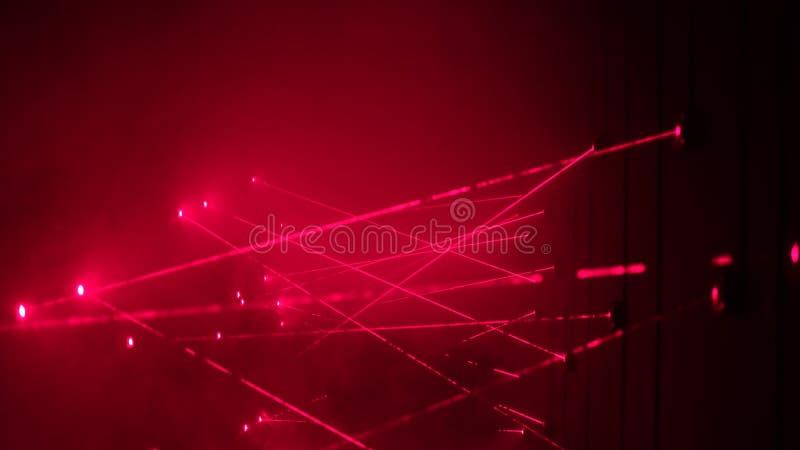 Les alarmes de système de laser de sécurité quand essai de voleur pour voler la banque et échoue en croisant le faisceau rouge images libres de droits