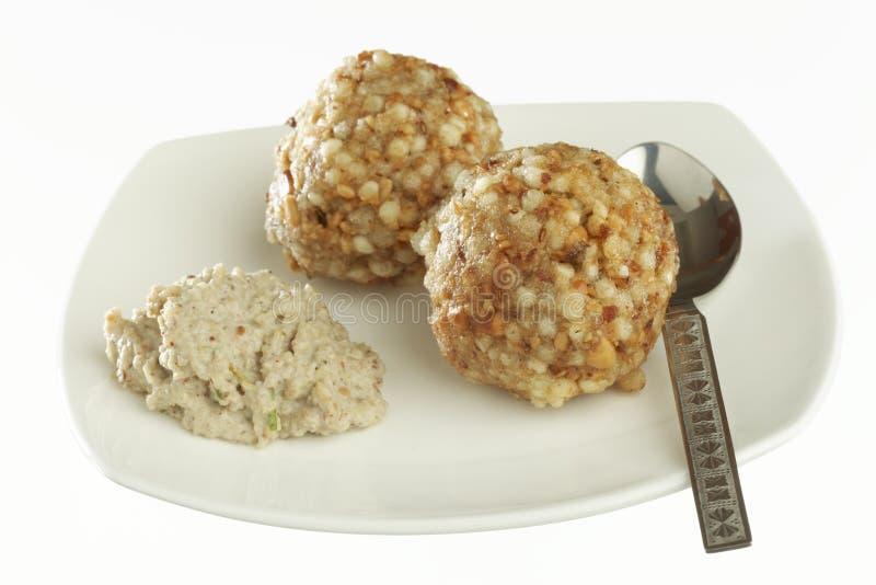 Les aliments de préparation rapide ont cuit le vada à la friteuse de sabudana de sagou avec le chutney photo stock