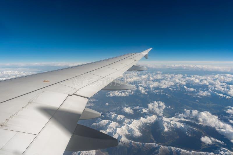 Les Alpes hors d'une fenêtre plate image libre de droits