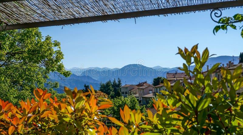 Les alpes merveilleuses de mer de la France aménagent en parc avec de beaux maisons, arbres et montagnes à l'arrière-plan photo stock