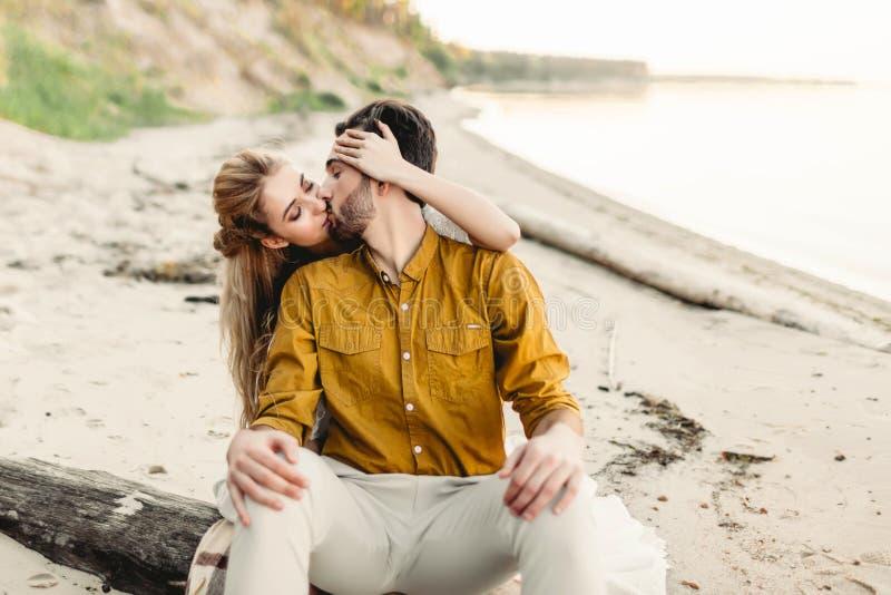 Les amants embrasse Le jeune couple a l'amusement et étreint sur la plage La belle fille embrassent son ami de dos image stock