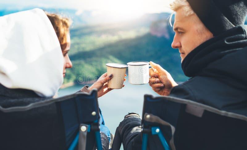 Les amants regardant l'un l'autre, couple apprécient ensemble de la montagne de fusée du soleil, voyageurs boivent du thé sur la  images libres de droits