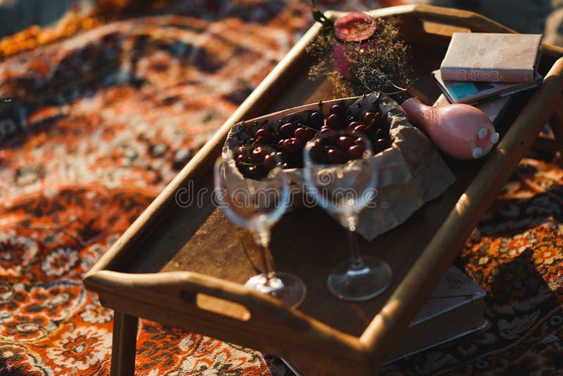 les amants romantiques de dîner pique-niquent des fruits de champagne dehors images stock