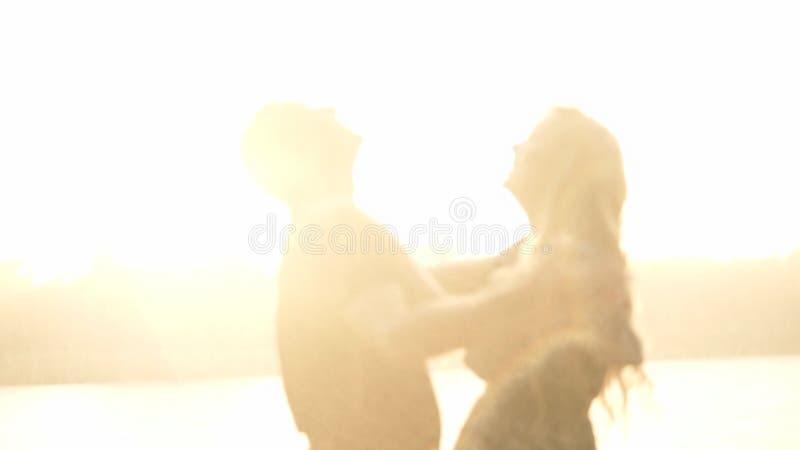 Les amants se réjouissent la pluie clips vidéos