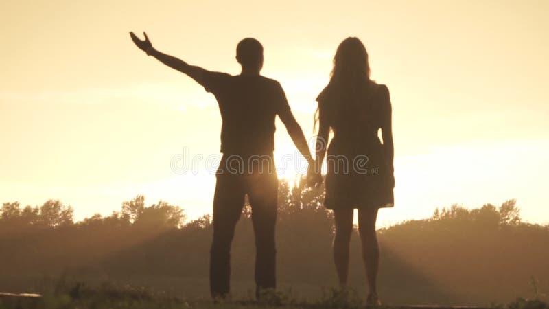 Les amants se réjouissent la pluie au coucher du soleil clips vidéos
