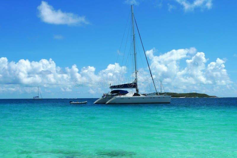 Les amarrages affrètent le yacht près de Tortola, Îles Vierges britanniques photos libres de droits
