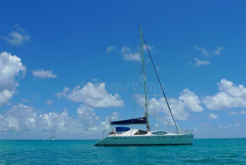 Les amarrages affrètent le yacht près de Tortola, Îles Vierges britanniques photo libre de droits