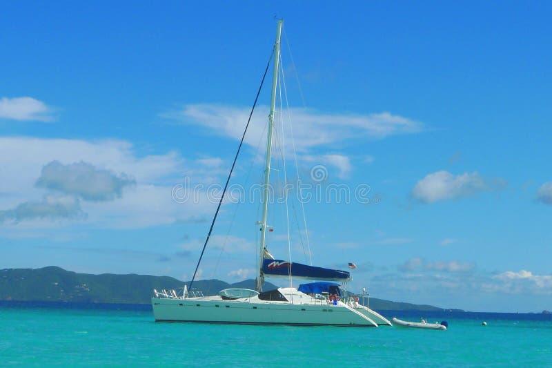 Les amarrages affrètent le yacht près de Tortola, Îles Vierges britanniques photos stock
